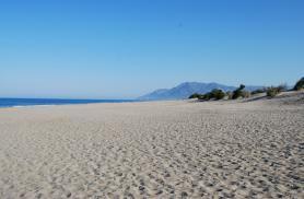 Pohled na písečnou pláž Pataras v Turecku